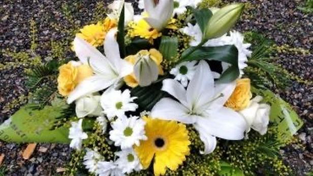 Création de bouquet rond blanc, vert et jaune près de Saint-Jean