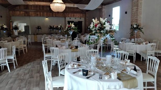 Création de bouquets pour décoration de salle de réception à Saint-Jean