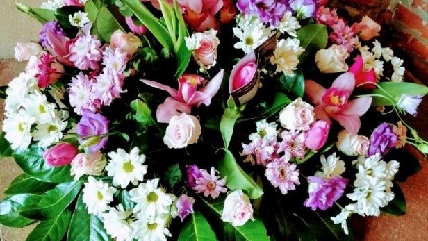 Création de coussin deuil rose, violet, vert et blanc pour hommage à Saint-Jean