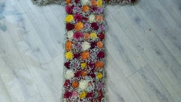 Création de dessus de cercueil croix de roses à Saint-Jean