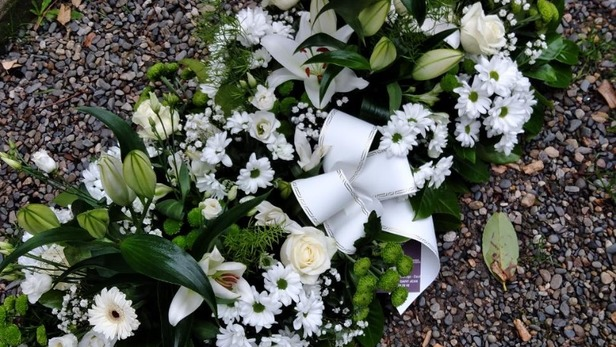 Création de gerbe blanche et verte pour hommage à Saint-Jean