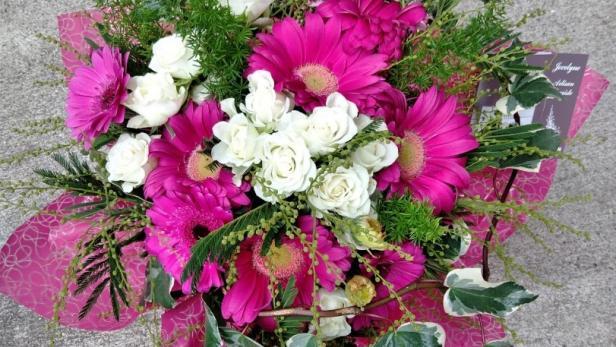 Réalisation de bouquets ronds fushia à offrir près de Saint-Jean