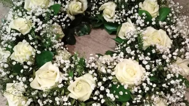 Réalisation de couronne de roses blanches pour deuil à Saint-Jean