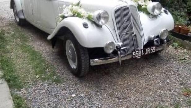 Réalisation de décoration de voiture de mariés à Saint-Jean